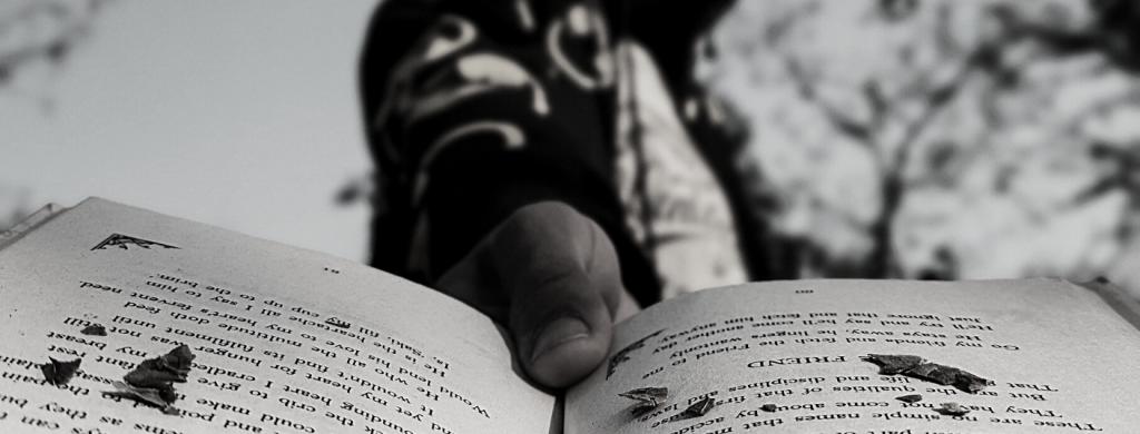 sujetando un libro